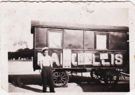 papa Leo Bassi senior 1933 devant roulotte natale (Marcellis) 001