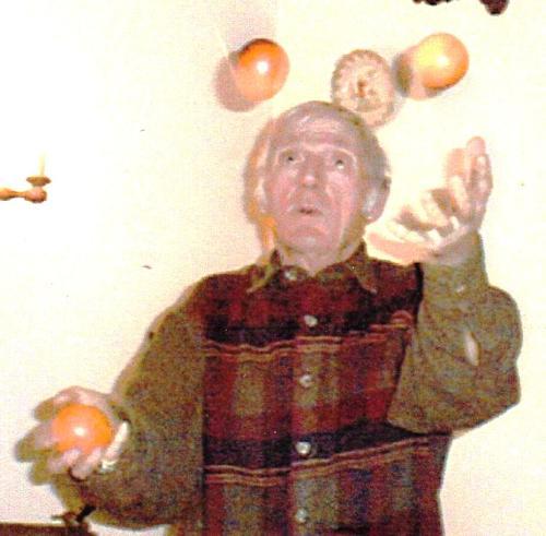 Papa , jonglant des pommes à 83 ans ...