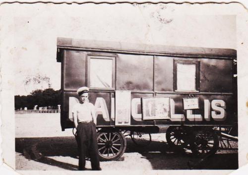 Mo père (à 10 ans) devant sa caravane natale . 1933