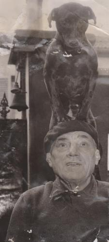 Pépère vers l'âge de 75 ans avec sa chienne sur la tête