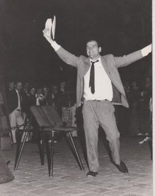 Mon frère Leo Bassi à 26 ans , place Saint Germain à Paris 1978
